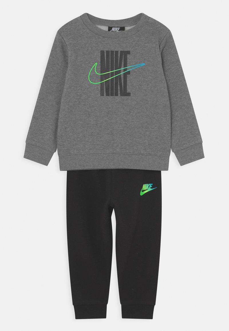 Nike Sportswear - RISE TAPING CREW SET UNISEX - Treningsdress - black