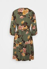 Object Petite - OBJROSE WRAP DRESS - Kjole - deep lichen green/flower - 1