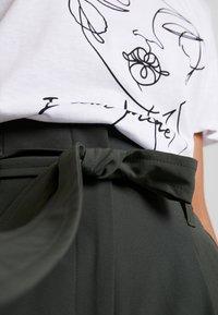New Look - MILLER TIE WAIST TROUSER - Trousers - green - 4
