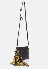 Versace Jeans Couture - THELMA MEDIUM POUCH - Taška spříčným popruhem - nero - 2