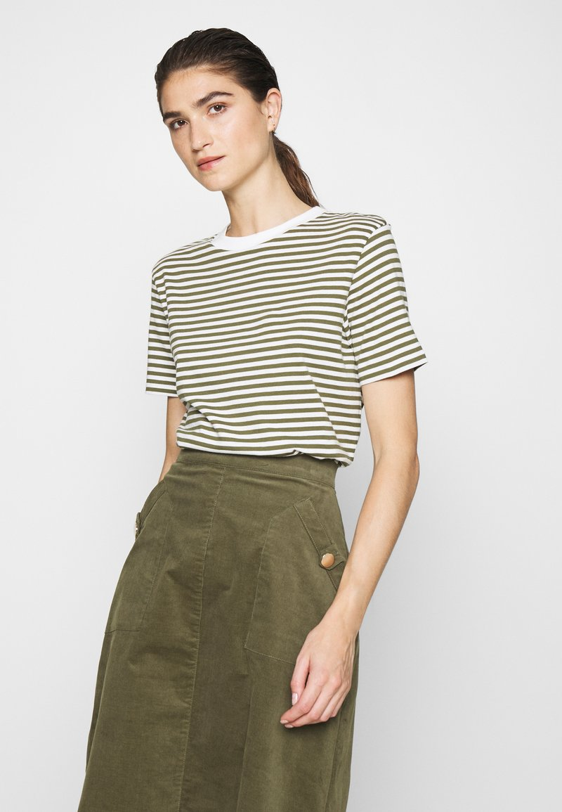 Selected Femme - PERFECT BOX CUT - Print T-shirt - winter moss/snow white