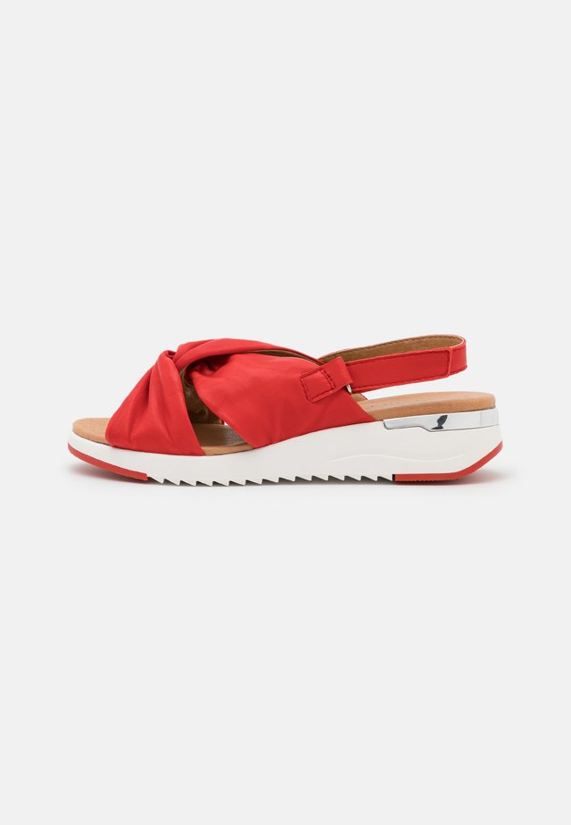 WOMS  - Sandały na koturnie - red