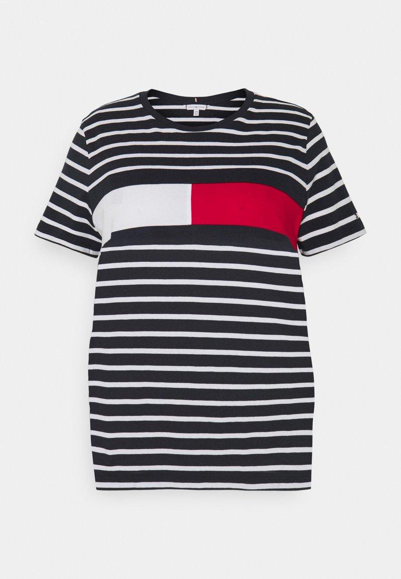 Tommy Hilfiger Curve - TEE REGULAR FIT FLAG - Print T-shirt - desert sky/white