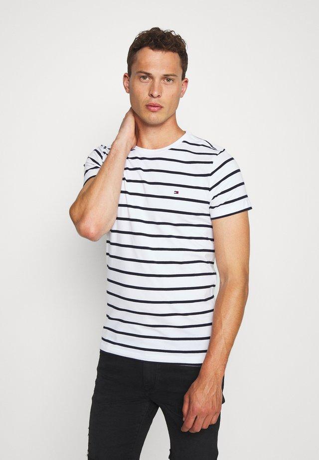 SLIM FIT TEE - T-shirt z nadrukiem - white