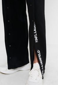KARL LAGERFELD - WIDE LEG SNAP PANTS LOGO - Pantalones - black - 5