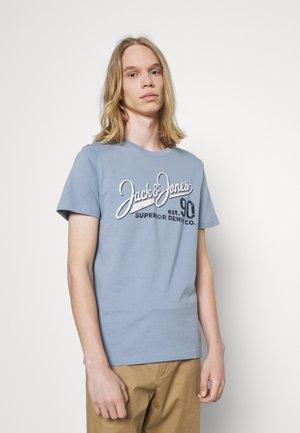 JJELOGO TEE O NECK - Print T-shirt - faded denim