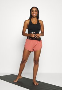 HIIT - ESSENTIAL BRANDED SHORT - Sports shorts - salmon - 1