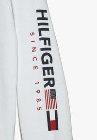 Tommy Hilfiger - FLAGS INTERLOCK CREW - Collegepaita - white - 3
