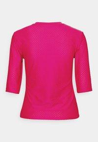 Nike Sportswear - T-shirts med print - fireberry/white - 5