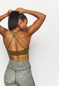 Nike Performance - INDY BRA NON PAD - Light support sports bra - olive flak/white - 4