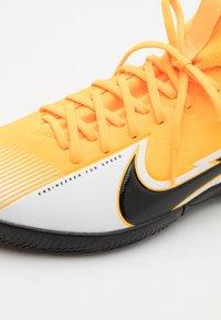 Nike Performance - MERCURIAL JR 7 ACADEMY IC UNISEX - Halové fotbalové kopačky - laser orange/black/white - 5