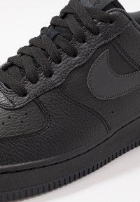 Nike Sportswear - AIR FORCE 1 07 3 - Matalavartiset tennarit - black/anthracite - 5