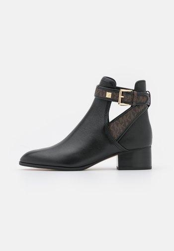 BRITTON BOOTIE - Kotníkové boty - black/brown