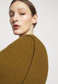 Victoria Beckham - CURVED HEM JUMPER - Sweter - ochre - 7