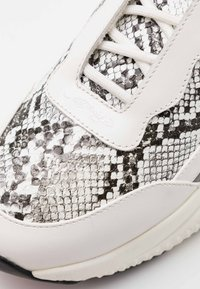 Ed Hardy - INSERT RUNNER - Trainers - white/charcoal - 5