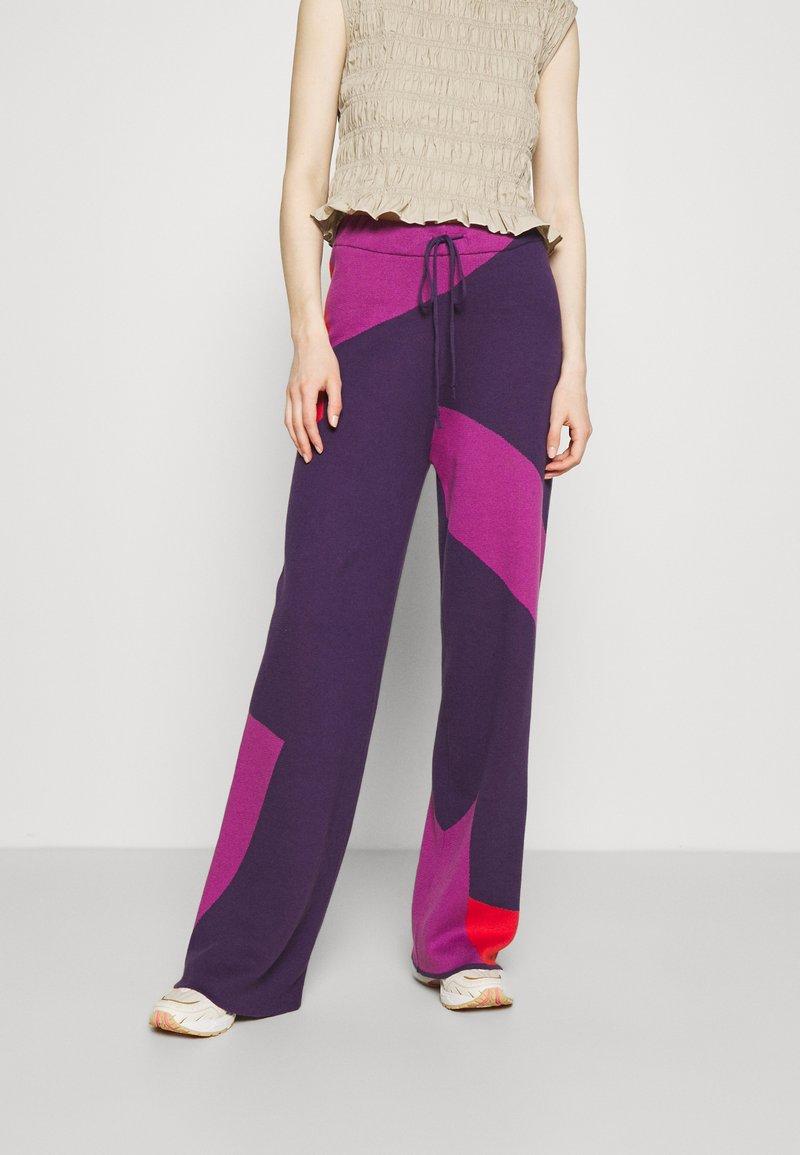 HOSBJERG - CORSA PANTS - Trousers - purple/orange