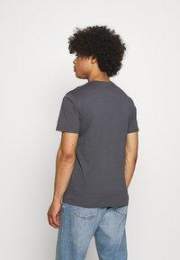 Levi's® - HOUSEMARK GRAPHIC TEE UNISEX - Print T-shirt - washed black - 2