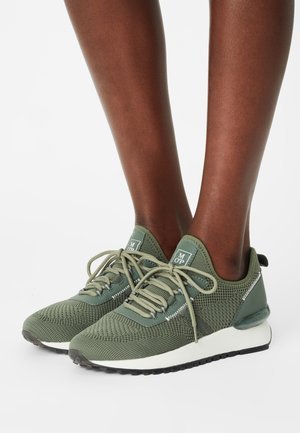 PIA - Trainers - salbei