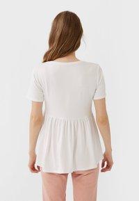 Stradivarius - BASIC-PEPLUM - T-Shirt print - white - 2