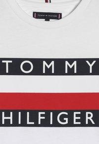Tommy Hilfiger - ESSENTIAL TEE - Camiseta de manga larga - white - 4