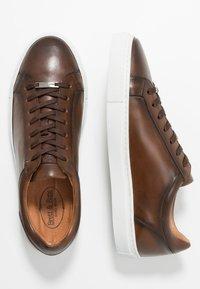 Brett & Sons - Sneakersy niskie - cognac - 1