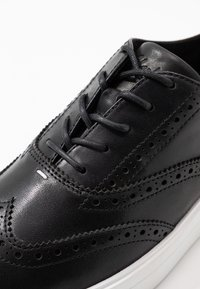Clarks - HERO BROGUE - Casual lace-ups - black - 2