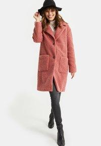 WE Fashion - TEDDY - Classic coat - old rose - 1