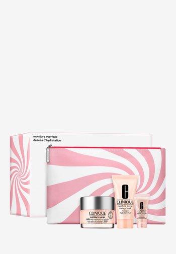 MOISTURE SURGE VALUE SET - Skincare set - -