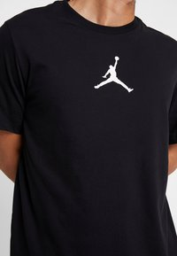 Jordan - JUMPMAN CREW - T-shirt med print - black/white - 4