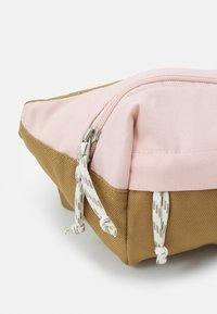 The North Face - LUMBAR PACK - Ledvinka - brown/light pink - 3
