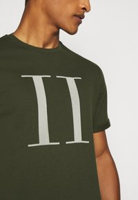 Les Deux - ENCORE  - T-shirts print - deep forrest/sleet grey - 5