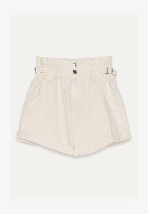MIT STRETCHBUND UND GÜRTELSCHLAUFEN - Denim shorts - beige
