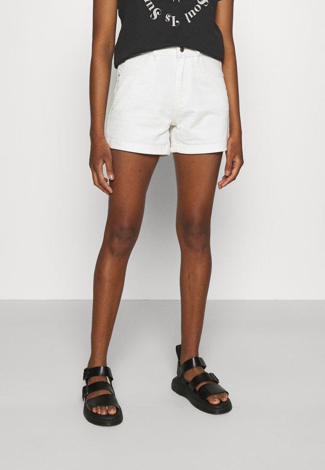 VMNINETEEN MIX - Shorts di jeans - cloud dancer