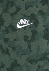 Nike Sportswear - CLUB CAMO - Shorts - galactic jade/white - 5