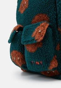 TINYCOTTONS - TINY DOG SMALL BACKPACK - Zaino - dark green/sienna - 3