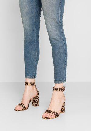 WIDE FIT GENNA - Sandaler med høye hæler - nude