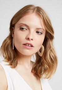 LIARS & LOVERS - SQUARE HOOP - Earrings - cream - 1