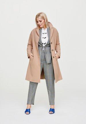 MANTEL MIT RÜCKENSCHLITZ - Short coat - camel
