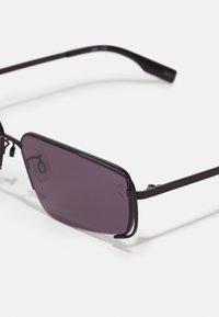 McQ Alexander McQueen - UNISEX - Sluneční brýle - black/smoke - 3