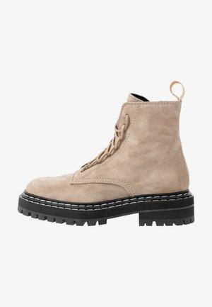 Kotníkové boty na platformě - deserto
