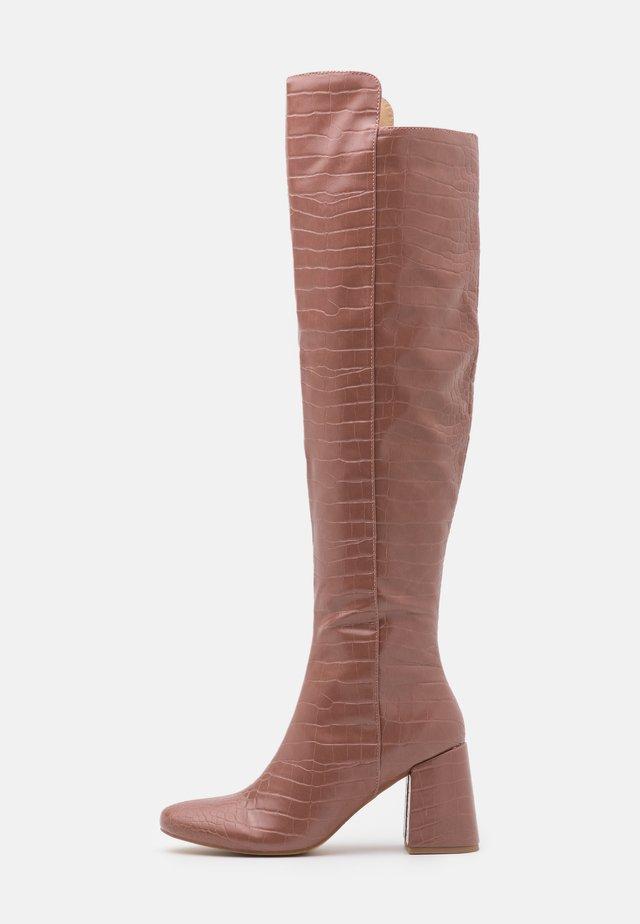 FLARED HEEL BOOT - Botas mosqueteras - pink