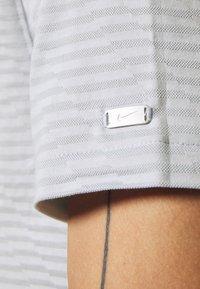 Nike Golf - DRY PLAYER - Funkční triko - white/sky grey/brushed silver - 5