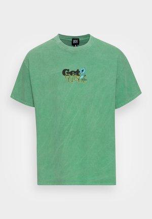 GET OUTSIDE TEE - Printtipaita - green