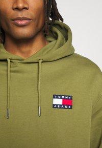Tommy Jeans - BADGE HOODIE UNISEX - Sweat à capuche - uniform olive - 5