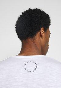 TOM TAILOR DENIM - TEE WITH BACKPRINT - Basic T-shirt - white - 6