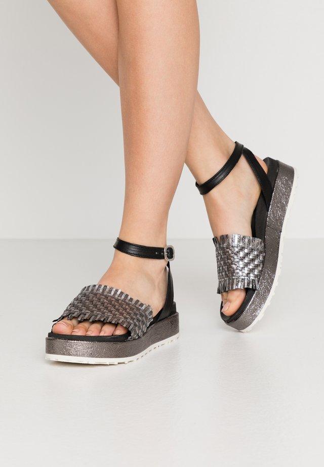 Sandały na platformie - intreccio inox