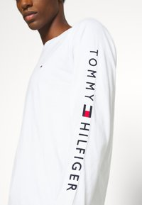 Tommy Hilfiger - LOGO LONG SLEEVE TEE - T-shirt à manches longues - white - 4