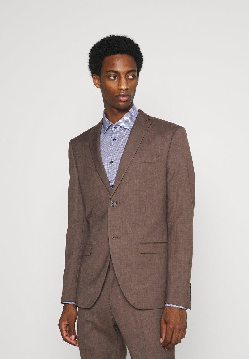 Isaac Dewhirst - PLAIN SUIT - Kostym - brown