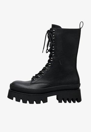 MIT XL-PROFILSOHLE UND SCHNÜRUNG  - Bottines à lacets - black