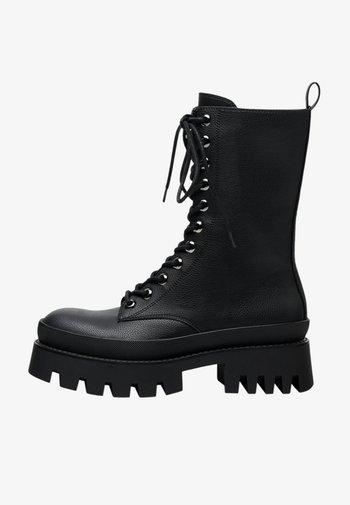 MIT XL-PROFILSOHLE UND SCHNÜRUNG  - Šněrovací kotníkové boty - black